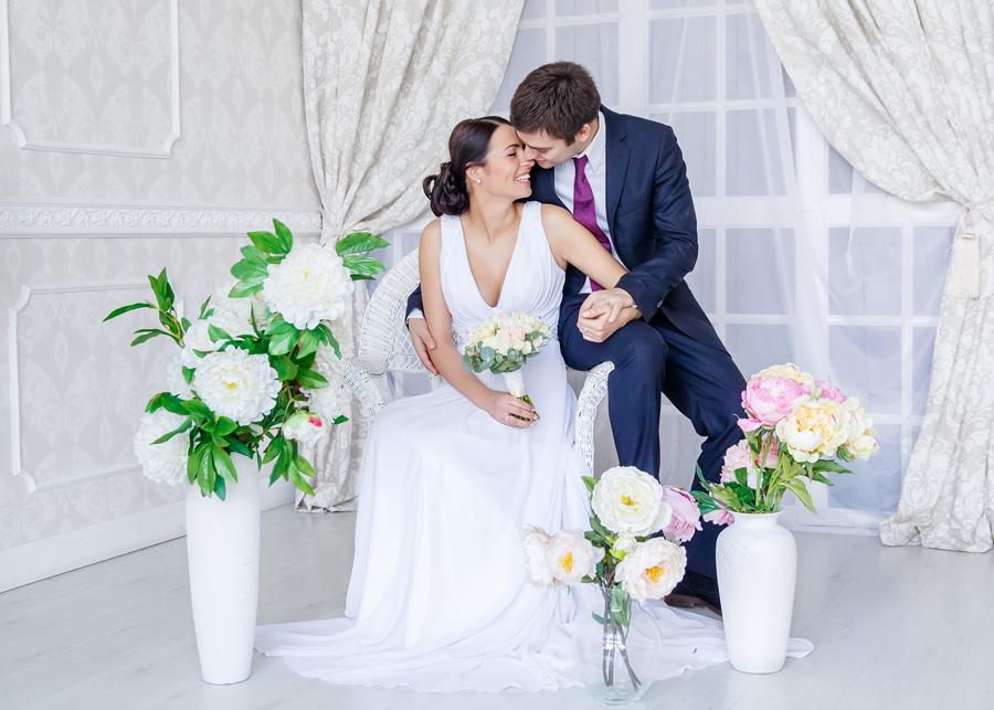 светлая студийная свадебная фотосъемка