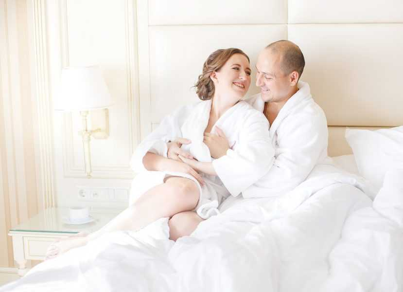 утренние сборы невесты в отеле вместе с женихом