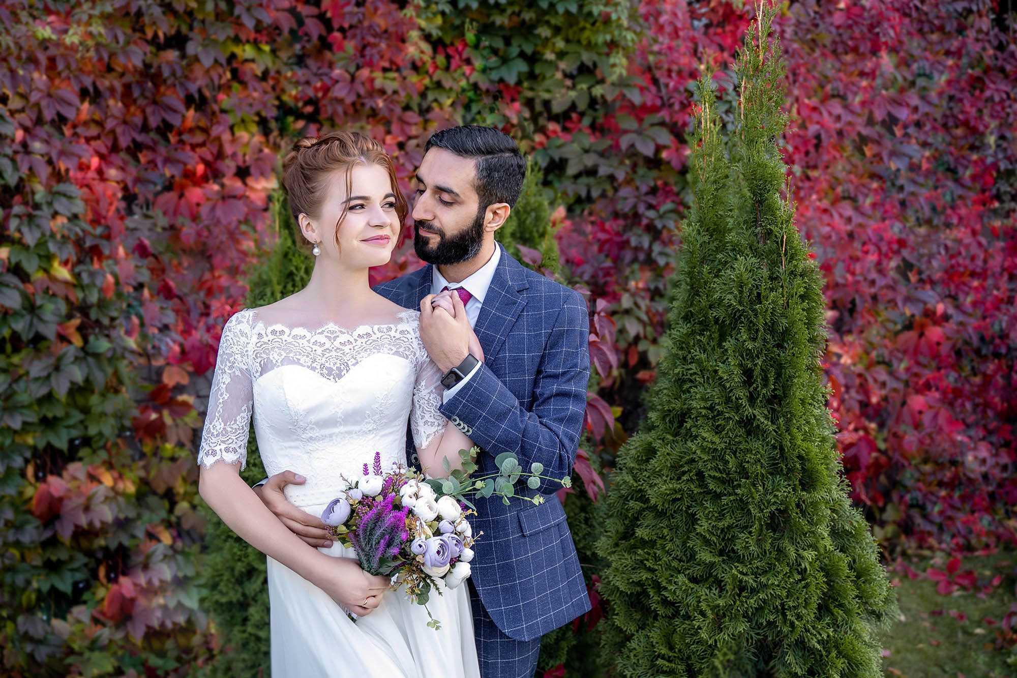 фотограф осенью , стиль свадьбы красный